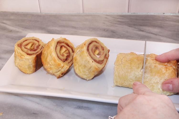 Enjoy this Hame & Brie Puff Pastry with cartelized apples inside
